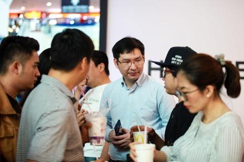 Nguoi Sai Gon xep hang tu 5h sang cho mua Huawei P30 Pro hinh anh 5