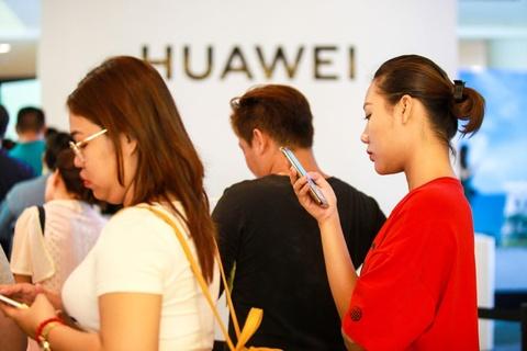 Nguoi Sai Gon xep hang tu 5h sang cho mua Huawei P30 Pro hinh anh 7