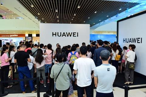 Nguoi Sai Gon xep hang tu 5h sang cho mua Huawei P30 Pro hinh anh 14