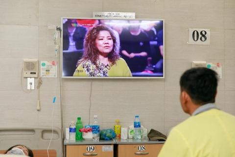 Benh nhan tai Lao khoa Trung uong quay quan ben TV moi hinh anh 2