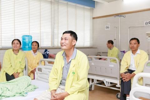 Benh nhan tai Lao khoa Trung uong quay quan ben TV moi hinh anh 3
