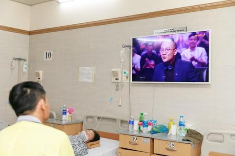 Benh nhan tai Lao khoa Trung uong quay quan ben TV moi hinh anh 6