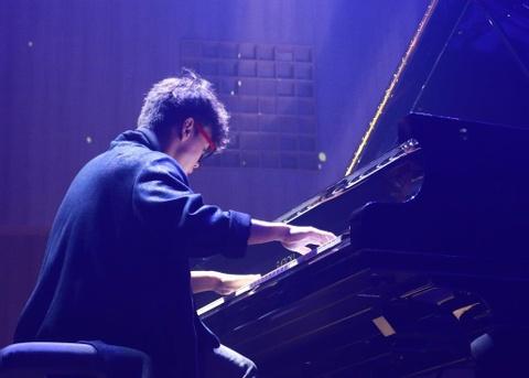 Pianist Tuan Manh trinh dien day cam xuc ben cay dan Fazioli F278 hinh anh