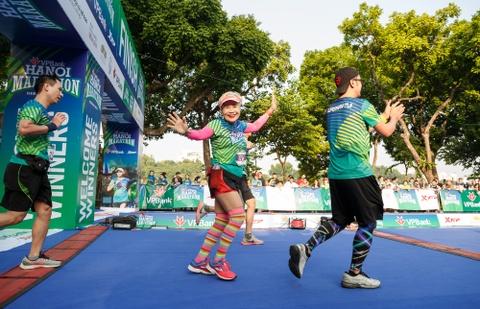 VDV dien trang phuc doc la tai giai chay VPBank Hanoi Marathon hinh anh