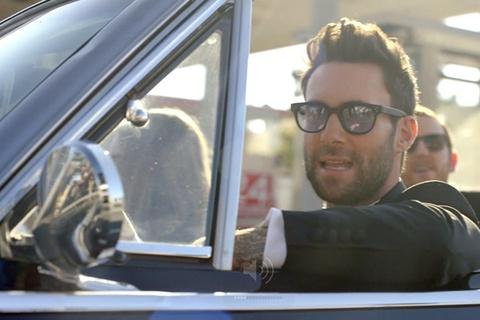 Maroon 5 pha dam hang loat dam cuoi cho MV moi hinh anh