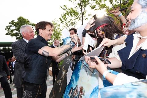 Fan Trung Quoc phat cuong khi Johnny Depp va Orlando Bloom xuat hien hinh anh 2