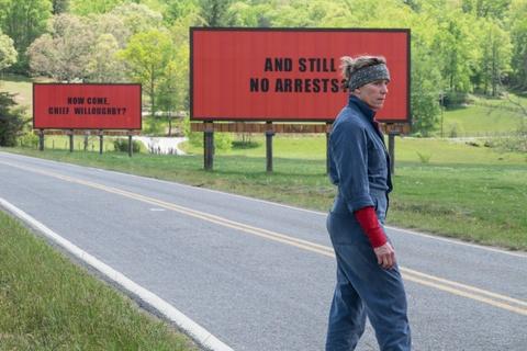 'Three Billboards Outside Ebbing, Missouri': Doi dau chi co mau den hinh anh 2