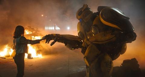 'Bumblebee': Phan phu truyen giau cam xuc, it on ao cua Transformers hinh anh 3