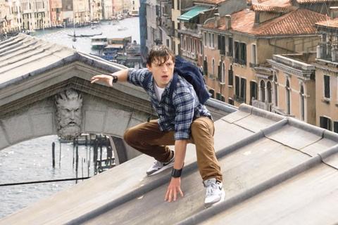 Trailer dau tien bo phim 'Spider-Man: Nguoi Nhen xa nha' hinh anh