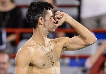 Djokovic cuu match-point, nguoc dong vao ban ket Rogers Cup hinh anh