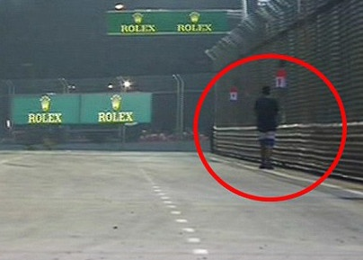 Vettel vo dich Singapore GP, phat hien fan len vao duong dua hinh anh