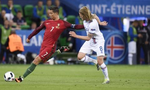 Ronaldo bat luc nhin Iceland an mung nhu vo dich Euro hinh anh 8