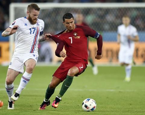 Ronaldo bat luc nhin Iceland an mung nhu vo dich Euro hinh anh 9