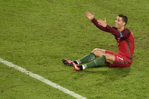 Ronaldo bat luc nhin Iceland an mung nhu vo dich Euro hinh anh 2