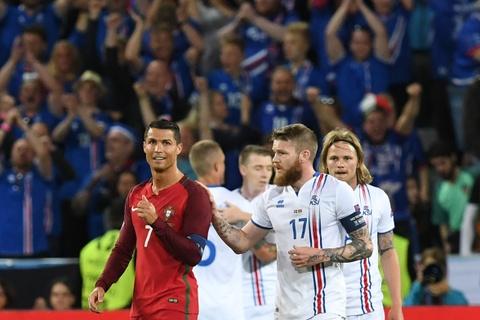 Ronaldo bat luc nhin Iceland an mung nhu vo dich Euro hinh anh 5