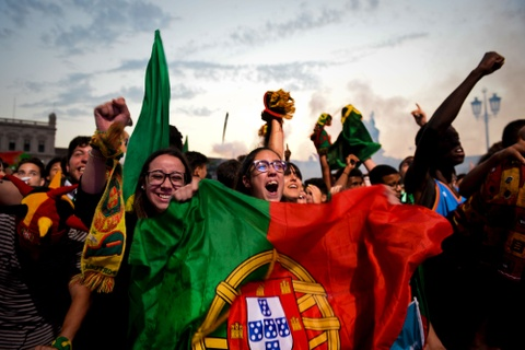 Fan Bo Dao Nha vo oa trong niem vui vao chung ket Euro hinh anh 9