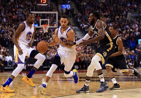 Curry toa sang giup Warriors danh bai Raptors hinh anh
