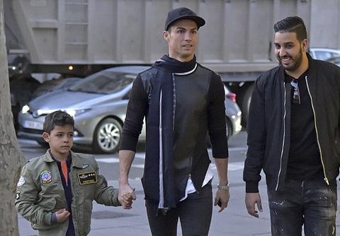 Ronaldo dua con trai di mua sam o khu pho quy toc hinh anh