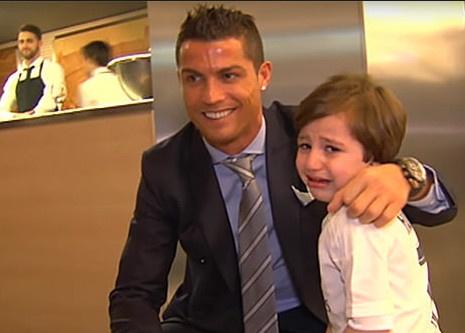 Ronaldo ung ho cau be mo coi vi danh bom hinh anh