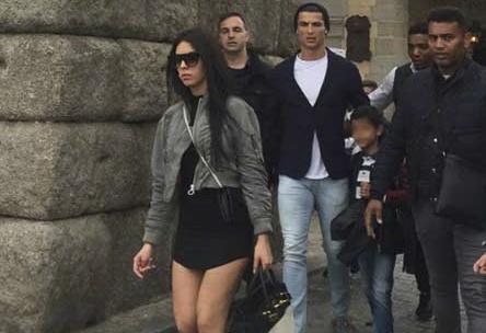 Ban gai Ronaldo bi chi trich vi mac vay qua ngan hinh anh