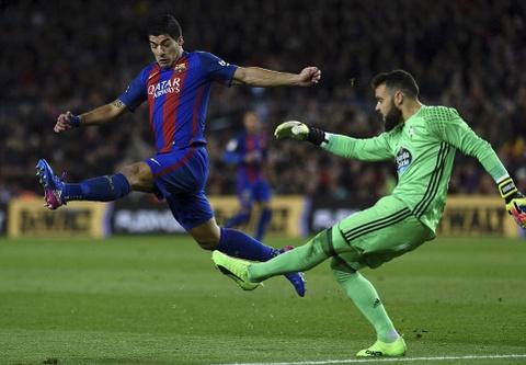 Messi lap cu dup ban thang va kien tao, Barca doi lai ngoi dau hinh anh 11