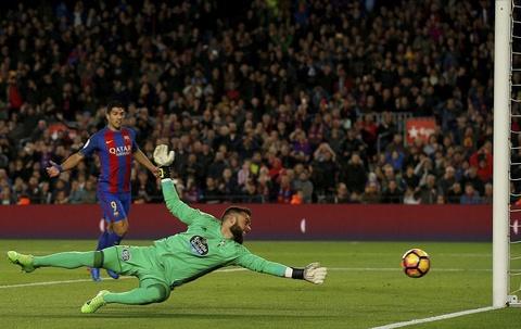 Messi lap cu dup ban thang va kien tao, Barca doi lai ngoi dau hinh anh 10