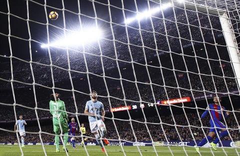 Messi lap cu dup ban thang va kien tao, Barca doi lai ngoi dau hinh anh 5