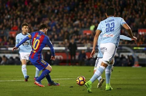Messi lap cu dup ban thang va kien tao, Barca doi lai ngoi dau hinh anh 9