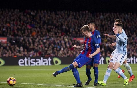 Messi lap cu dup ban thang va kien tao, Barca doi lai ngoi dau hinh anh 7