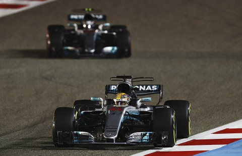 Hamilton bi phat, dang chuc vo dich vao tay Vettel hinh anh 4