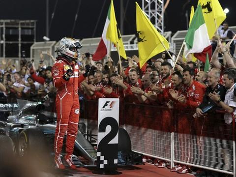 Hamilton bi phat, dang chuc vo dich vao tay Vettel hinh anh 2