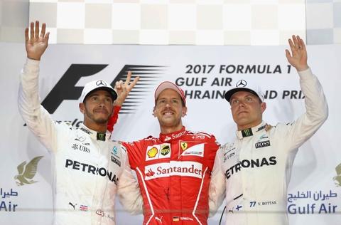 Hamilton bi phat, dang chuc vo dich vao tay Vettel hinh anh 8
