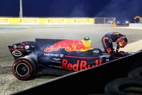 Hamilton bi phat, dang chuc vo dich vao tay Vettel hinh anh 7