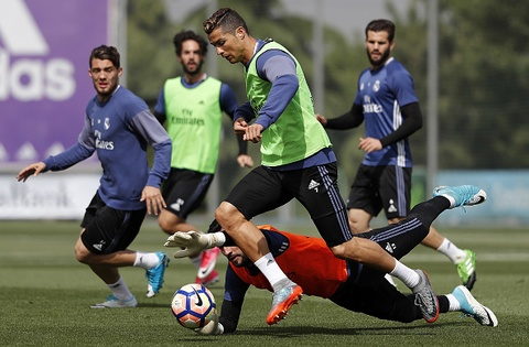 Marcelo bat loi Ronaldo o bai tap 'da ma' hinh anh