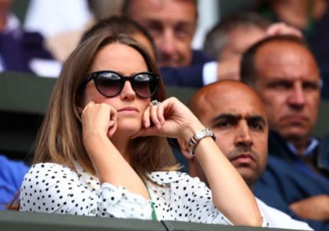 Vo yeu buon rau chung kien Murray chia tay Wimbledon hinh anh