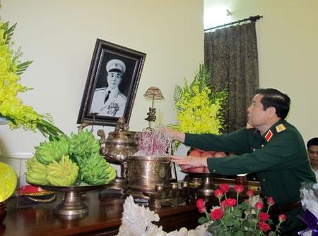 Lanh dao Bo Quoc phong dang huong Dai tuong Vo Nguyen Giap hinh anh