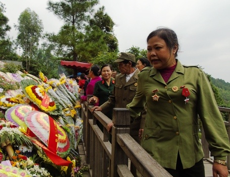 Hang nghin nguoi vieng mo Dai tuong trong dip le 22/12 hinh anh