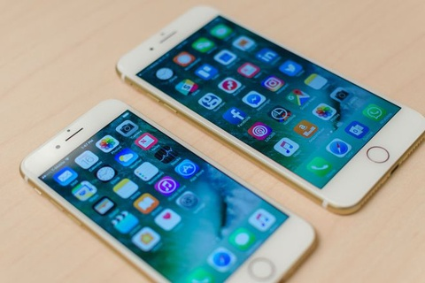 Bo hon chuc trieu mua dien thoai iPhone... 'do choi' hinh anh