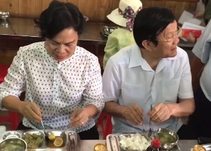 Vo chong nguyen Chu tich nuoc Truong Tan Sang an com 2.000 dong hinh anh