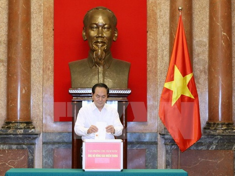 Chu tich nuoc Tran Dai Quang ung ho dong bao mien Trung hinh anh
