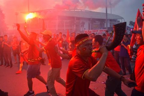 CĐV đốt pháo sáng bên ngoài sân vận động Mỹ Đình