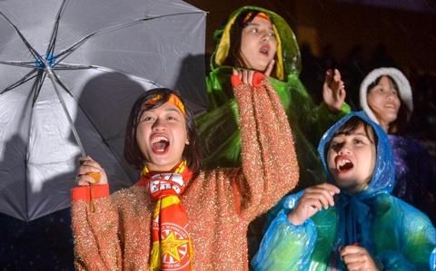 Người hâm mộ đội mưa cổ vũ tuyển Việt Nam ở quê nhà