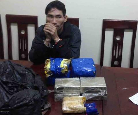 Bắt người đàn ông vận chuyển 8 bánh heroin, 4 kg ma túy đá