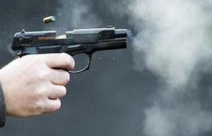 Nổi giận trong lúc đánh bài, dùng súng bắn hai người thương vong