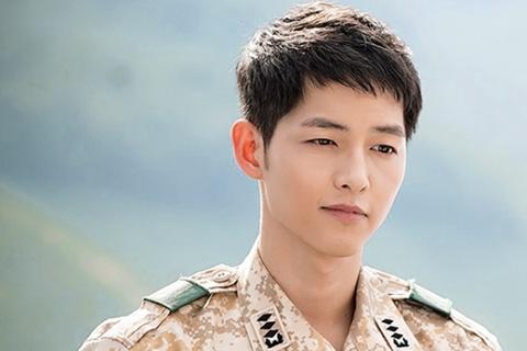 Song Joong Ki ngoai doi khac xa trong 'Hau due mat troi' hinh anh