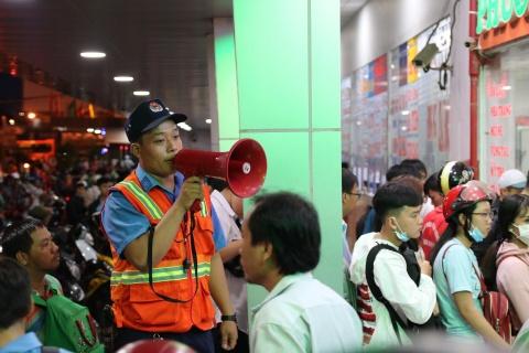 Ben xe Mien Tay, san bay Tan Son Nhat dong nghit nguoi di nghi le 30/4 hinh anh