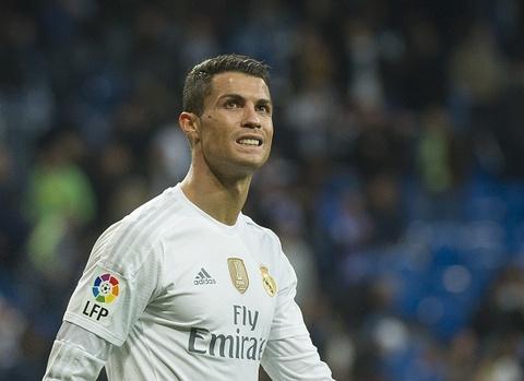 Ronaldo sut bong khien doi phuong bi choang hinh anh