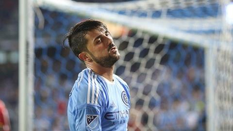 Tinh huong David Villa suyt ghi ban tu giua san hinh anh