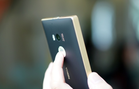 Mo hop Lumia 930 phien ban mau vang vua xuat hien o VN hinh anh