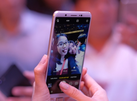 Smartphone voi camera truoc 24 MP co gia 7,9 trieu dong hinh anh
